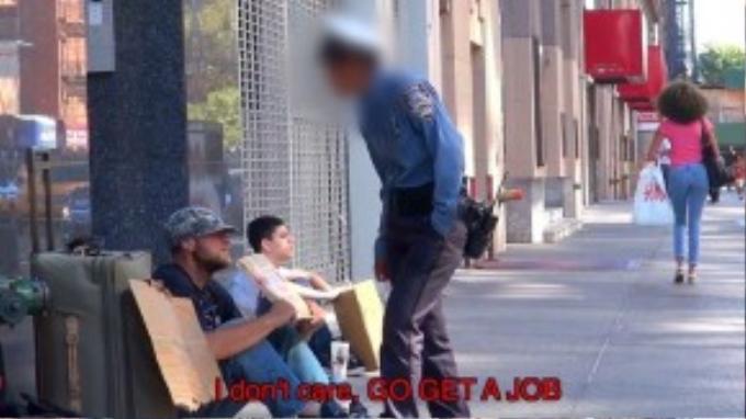 """Một nhân viên đi xử phạt xe đậu sai chỗ liên tục yêu cầu anh """"đi kiếm việc đi""""."""