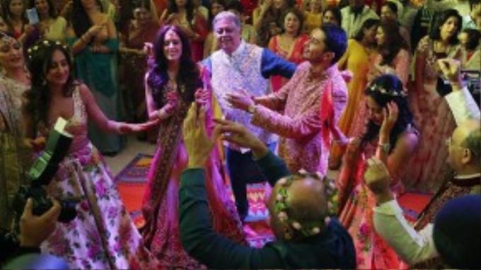 Ông Yogesh Mehta (áo xanh) vô cùng hạnh phúc trong ngày vui của con trai duy nhất.