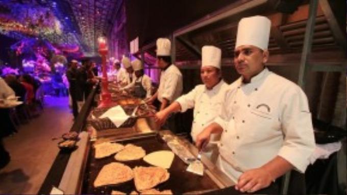 Các đầu bếp hàng đầu Ấn Độ phục vụ những món ăn truyền thống cho đám cưới.