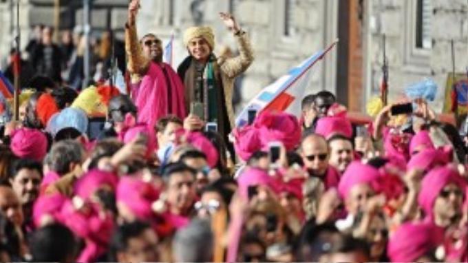Trong khi đó, chú rể tham gia đoàn diễu hành trên đường đến địa điểm tổ chức nghi lễ. Truyền thông Ý tiết lộ chính quyền thành phố Florence trước đó đã từ chối đề nghị của chú rể về việc diễu hành trên lưng voi đến địa điểm tổ chức.