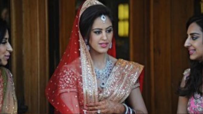 Cận cảnh chân dung xinh đẹp của cô dâu trước lễ cưới truyền thống.