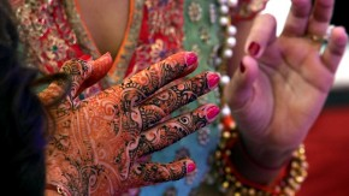 Bàn tay được vẽ henna cầu kỳ của cô dâu.