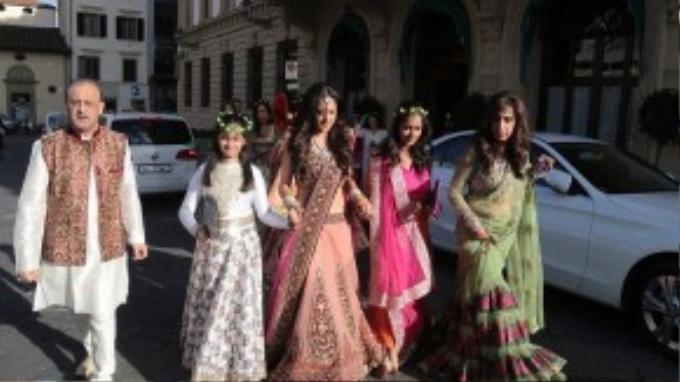 Buổi sáng ngày đầu tiên, cô dâu bị bắt gặp được các phụ dâu tháp tùng đi ra từ một khách sạn bên bờ sông Arno trong trang phục sari truyền thống của Ấn Độ.