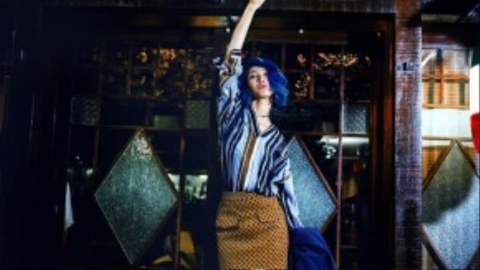 Với các tông màu chủ đạo của Giáng sinh, màu sắc nguyên bản ấm nóng, các gam màu xanh, cam, lam.. Lột tả được vẻ đẹp cá tính áp đảo của cô gái Fashionista kiêm stylist.