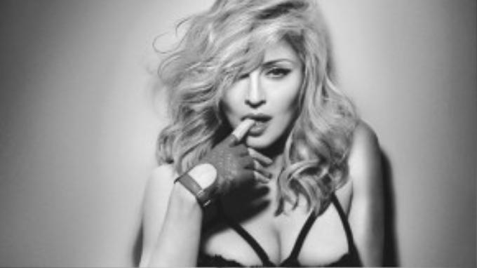 """Còn ca sĩ Madonna cá tính nổi tiếng khắp thế giới lại từng bị Dunkin Donut tại New York đuổi việc khi mới chập chững đi làm. Hãy xem bài học của cô: """"Tôi từng được mọi người biết đến và cũng có khi hết thời, thành công và thất bại, được yêu và bị ghét. Tôi biết những điều đó chẳng có ý nghĩa gì. Vì thế tôi cảm thấy vô cùng tự do chấp nhận mọi rủi ro mà mình muốn""""."""