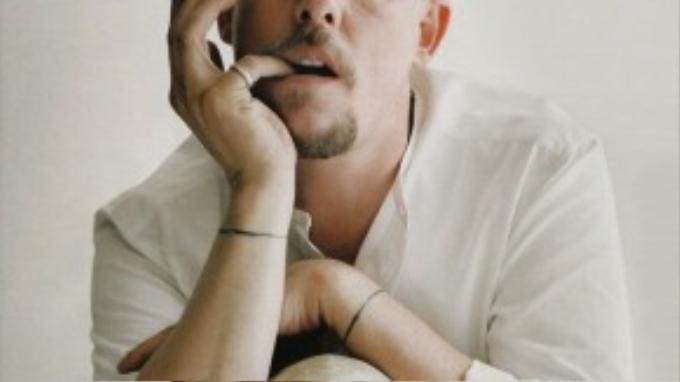 """Alexander McQueen nói: """"Tất nhiên tôi cũng mắc sai lầm, tôi cũng chỉ là con người mà thôi. Nhưng nếu không như vậy, tôi sẽ chẳng bao giờ học được điều gì. Bạn chỉ có thể tiến lên bằng cách phạm sai lầm""""."""