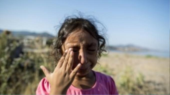 Cô bé 6 tuổi Yasmine từ Deir Al Zour, Syria, òa khóc khi may mắn sống sót đến được Lesbos hôm 11/9. Bé Yasmine nói rằng số quần áo bà ngoại cho em đã bị quăng xuống biển khi khởi hành từ Bodrum, Thổ Nhĩ Kỳ. Hành trình vượt qua Thổ Nhĩ Kỳ đến Athens, Hy Lạp mới chỉ là đoạn đầu của chặng đường tị nạn với Yasmine và gia đình em.