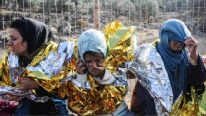 Những cô gái Syria may mắn đến được Hy Lạp tìm cách gọi điện về báo tin cho người thân.