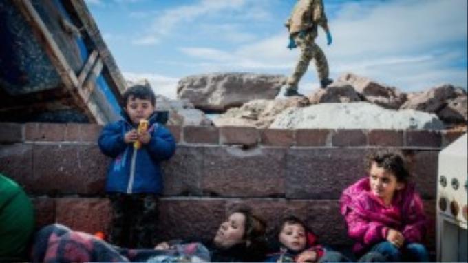 Một gia đình trú ẩn trên đảo Lesbos sau khi vượt qua chặng đường hiểm nguy từ Thổ Nhĩ Kỳ.