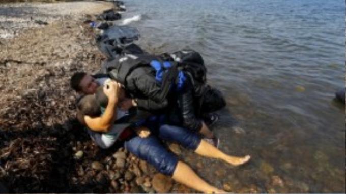 Những thanh niên Syria ôm chầm lấy nhau sau khi thoát chết trên con thuyền đi từ Thổ Nhĩ Kỳ đến Hy Lạp.