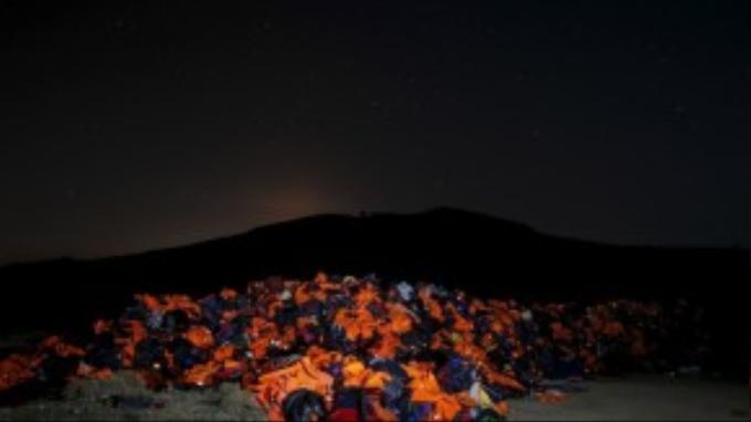 Hàng trăm nghìn tấm áo phao cứu sinh bị bỏ lại và chất đống bên bờ biển Lesbos.