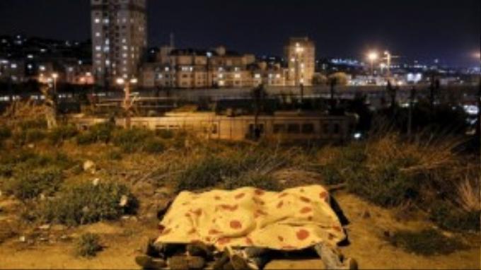 Không, đây không phải là xác chết. Họ là những người tị nạn ngủ sát bên nhau ngay trên bờ sông tại Istanbul, Thổ Nhĩ Kỳ,