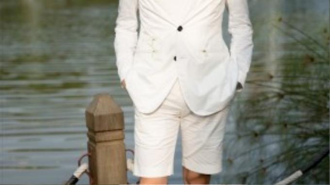 """Stylist/Fashionisto Lê Minh Ngọc vẫn luôn nổi bật với gu thời trang thanh lịch như thường ngày. Anh diện một set đồ monochrome trắng muốtgồm cóáo vest, quần shorts và giày oxfords đơn sắc. Trắng luôn là màu nằm trong """"top trend"""" trên sàn diễn mỗi mùa và Thu-Đông năm nay."""