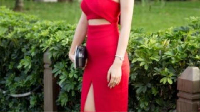 Một chiếc đầm midi vai chéo xẻ tà cùng đường cut-out tinh tế nơi vòng eo là một lựa chọn tuyệt vời cho bạn gái sở hữu chiều cao khiêm tốn.