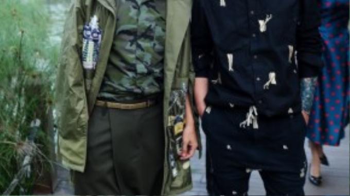 Chụp hình cùng anh còn có người bạn thân- NTK Võ Công Khanh. Anh diện cả cây đen là chiếc áo sơ mi cùng quần joggers thụng mang hơi thở streetstyle của đất nước mặt trời mọc. Họa tiết độc đáo màu nude cũng khiến bộ đồ của NTK này thêm đặc biệt.