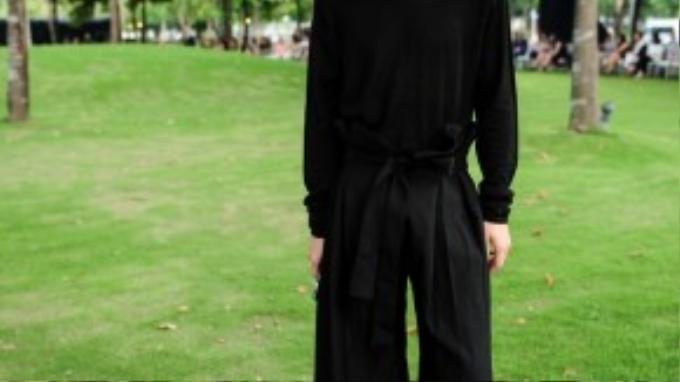 """Stylist Kelbin Lei tiếp tục chứng minh mình xứng đáng vơí vị trí là một trong những fashionisto mặc đồ """"chất"""" bậc nhất. Vẫn cả cây đen minimal quen thuộc, anh chàng vô cùng nhanh nhạy khi """"mix & match"""" các món đồ bắt kịp xu hướng một cách tài tình như áo len cổ lọ cùng quần ống loe gấp li. Với thắt lưng vải cùng tông được thắt nơ cỡ lớn, Kelbin càng thu hút sự chú ý hơn bao giờ hết."""