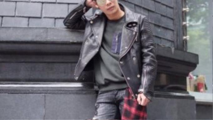 Có lúc anh lại bụi bặm với quần jeans ráchvà motor jacket da đen cùng dày đặc cúc bấm, khóa kéo nhưng cũng không quên điểm nhấn là chiếc áo sơ mi đỏ đen buộc ngang thắt lưng.