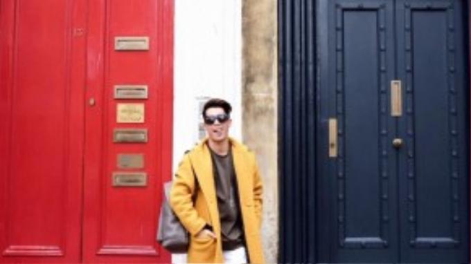 Vàng và nâu là một sự kết hợp chưa bao giờ lỗi mốt và có thể phù hợp ở bất cứ đâu. Bên cạnh đó, chiếc quần jeans rách màu trắng cũng góp phần không nhỏ khiến set đồ thêm thu hút và làm nền tuyệt vời để hai chiếc áo sặc sỡ thêm nổi bật hơn.