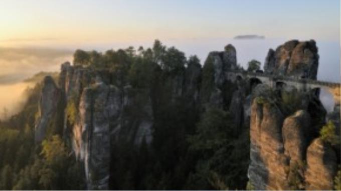 Đường biên giới giữa Đức và Cộng hòa Séc là một vách đá sừng sững với khung cảnh vô cùng ấn tượng chắn chắn nên nằm trong danh sách khám phá nếu bạn đặt chân đến Châu Âu.
