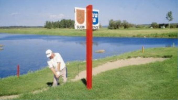 Bạn thậm chí còn có thể chơi golf ngay tại cột mốc biên giới Phần Lan – Thụy Điển.