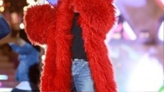 Áo lông rực lửa được thiết kế bởi Đỗ Mạnh Cường.