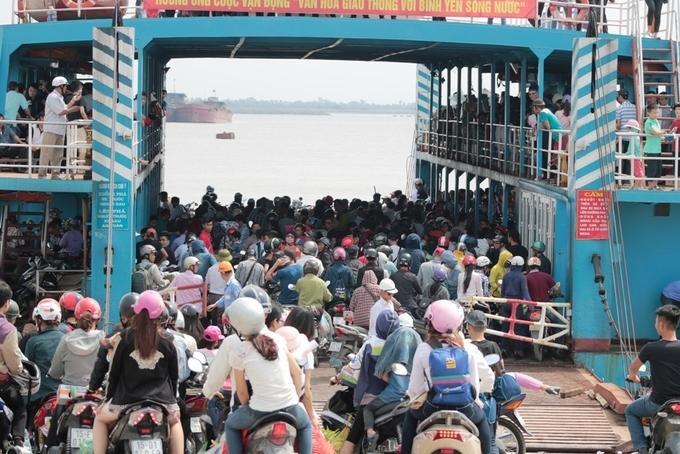 Để đáp ứng nhu cầu của du khách đi nghỉ lễ ở đảo Cát Bà, Công ty đảm bảo an toàn giao thông thủy Hải Phòng đã huy động toàn bộ nhân lực làm việc từ 4h ngày 30/4 tại 2 bến phà Đình Vũ- Cát Hải và Bến Gót- Cát Viềng.