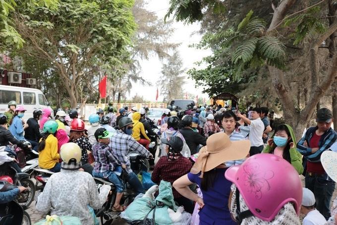 Người dân chen lấn tại quầy bán vé cách bến phà khoảng 300 m.