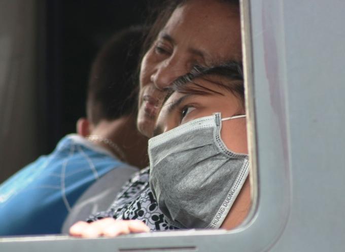 Các du khách nước ngoài đợi nhiều giờ không thể qua phà, đã quay trở ra, chuyển sang đi tàu cao tốc.