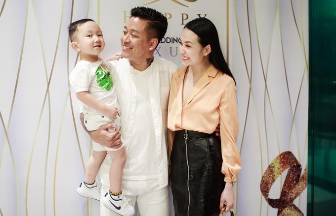 Tuấn Hưng mặc ton sur ton với con trai Su Hào.