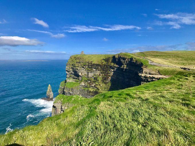 Các vách đá ở Moher gần thành phố Limerick nằm ôm theo bờ biển Đại Tây Dương. Và là một trong những địa điểm thu hút rất nhiều du khách đến để chiêm ngắm vẻ đẹp hấp dẫn của thiên nhiên.