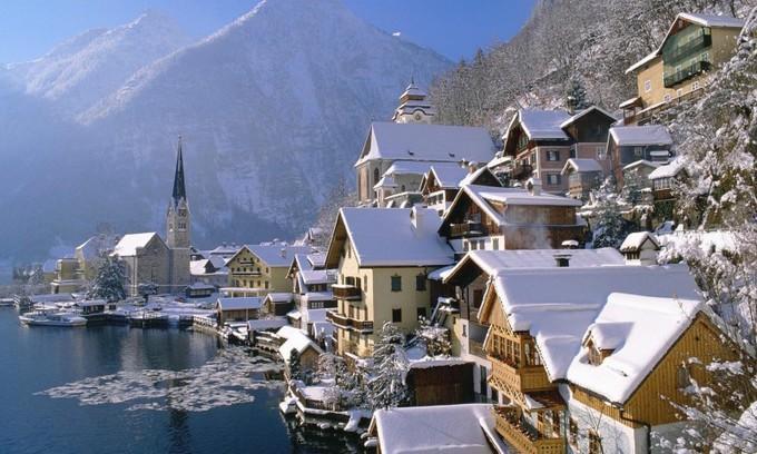 Hallstatt, ÁoNgôi làng đẹp nhất nước Áo có một mặt giáp núi, mặt giáp biển, là nơi ưa thích của du khách. Nhiều người thường chọn đây là điểm nghỉ dưỡng vào mùa đông cũng như chơi các môn thể thao như trượt tuyết.