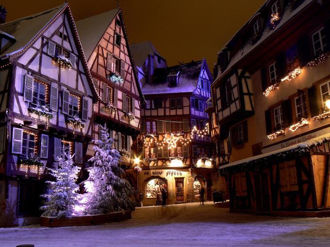 Colmar, PhápColmar là một thị trấn thuộc vùng Alsace, nằm ở đông bắc nước Pháp, gần biên giới Đức. Thị trấn gồm các tòa nhà từ thời trung cổ và phục hưng, là một trong những nơi đón Giáng sinh được nhiều người lựa chọn nhất.Không ít du khách khi tới Colmar đã cho biết, khung cảnh đẹp như cổ tích ở đây khiến họ đủ cảm hứng để sáng tác ra các câu chuyện thần tiên.