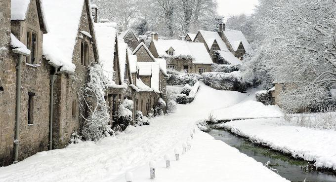 Cotswolds, AnhCotswolds là một trong những khu vực đẹp nhất nước Anh. Dù thời tiết luôn đầy sương mù khiến không ít du khách phàn nàn, nhưng hầu hết khi đặt chân đến đây, họ đều bị chinh phục bởi vẻ đẹp của những ngôi làng thời trung cổ, những nhà thờ với tháp chuông cổ kính, ngọn đồi được phủ tuyết như rắc bột trắng xóa.