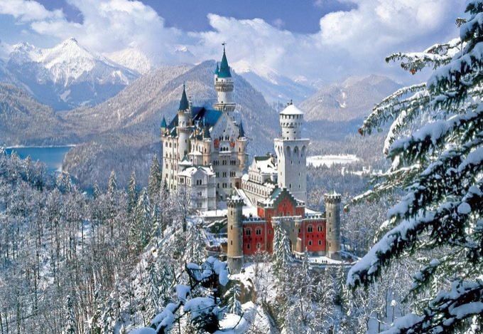 Lâu đài Neuschwanstein, Bavaria, ĐứcVới những du khách mộng mơ và luôn yêu thích các câu chuyện cổ tích, lâu đài Neuschwanstein ở vùng Bavaria, Đức thực sự là điểm đến giúp bạn biến ước mơ thành hiện thực. Theo đánh giá của du khách, lâu đài đẹp nhất vào mùa đông với khung cảnh tuyết trắng.