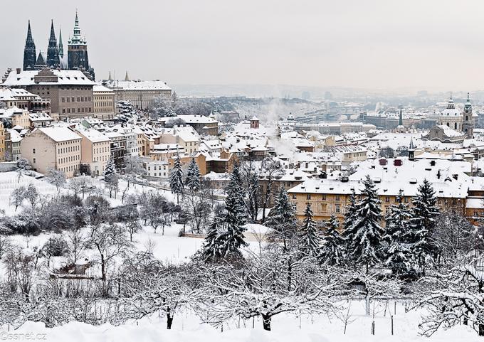 Prague, Cộng hòa CzechPrague là một điểm đến khác mà bạn sẽ cảm thấy yên tĩnh vào mùa đông, với hình ảnh nhà thờ và các ngôi nhà phủ ngập trong tuyết. Thủ đô của cộng hòa Czech là một thành phố xinh đẹp. Vào dịp Noel, bạn sẽ có cơ hội tới tham quan các khu chợ Giáng sinh rực rỡ ánh đèn và sắc màu ở đây. Với không ít du khách đến từ các nước nhiệt đới, Prague là điểm đến lý tưởng vào dịp cuối năm.