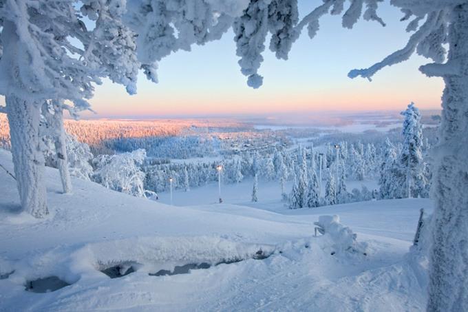Lapland, Phần LanLapland là vùng đất mang đậm tính huyền thoại, nằm ở phía bắc của Phần Lan, nổi tiếng với các khu trượt tuyết, Bắc cực quang và vùng thiên nhiên hoang dã rộng lớn. Thủ phủ của Lapland là Rovaniemi, được biết đến là nơi ở của ông già Noel.
