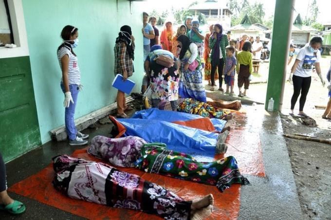 Tại Philippines, cơn bão khiến hơn 70.000 người phải rời bỏ nhà cửa, trong đó 50.000 người hiện phải sống tại các khu trú tránh. Truyền thông Philippines đưa tin cả một ngôi làng đã bị xóa sổ vì nước sông dâng cao, cuốn trôi hết nhà cửa.