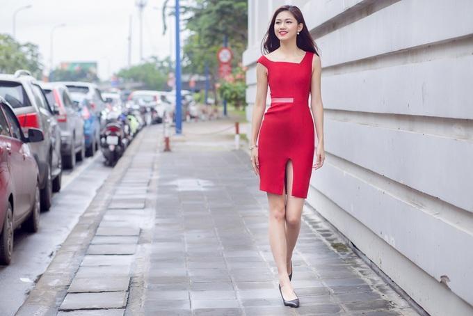 Đầm liền thân ôm dáng là một trong những món đồ cơ bản không thể thiếu trong tủ đồ của người đẹp tuổi Tuất này. Để tạo sự phá cách, Á hậu Việt Nam 2016 chọn đầm cắt cúp bất đối xứng ở cổ, phần xẻ đùi giúp cô gợi cảm hơn.