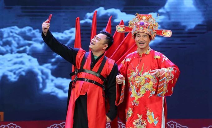 Táo Xã hội Tự Long say sưa livestream cùng Nam Tào.