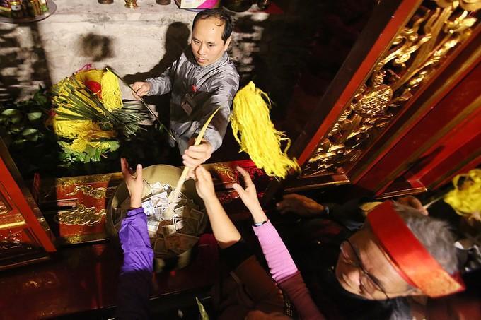 Sau lễ cung tiến, giò hoa tre được di chuyển vào hậu cung đền Thượng và tổ chức phát lộc tại ba điểm trong quần thể đền Sóc để tránh tình trạng cướp lộc như mọi năm. Ảnh: VnExpress.