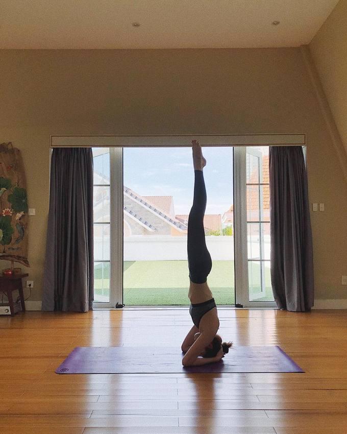 Tăng Thanh Hà lấy lại vóc dáng sau sinh nhờ chăm chỉ tập yoga. Đây cũng là thói quen được người đẹp duy trì từ nhiều năm nay để giữ gìn nhan sắc đồng thời giải tỏa căng thẳng trong cuộc sống hàng ngày.