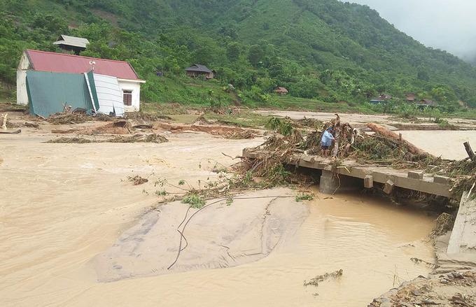 Mưa lũ còn diễn biến rất phức tạp, nguy cơ cao xảy ra lũ ống, lũ quét, sạt lở đất, ngập lụt trên diện rộng. Ảnh Vnexpress.