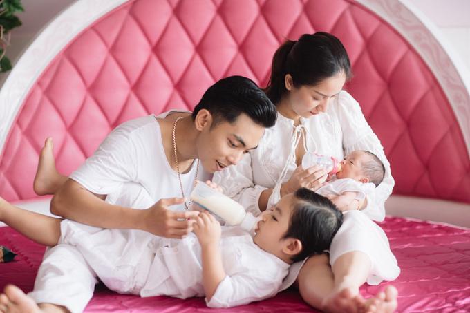 Gia đình hạnh phúc của Khánh Thi và Phan Hiển.