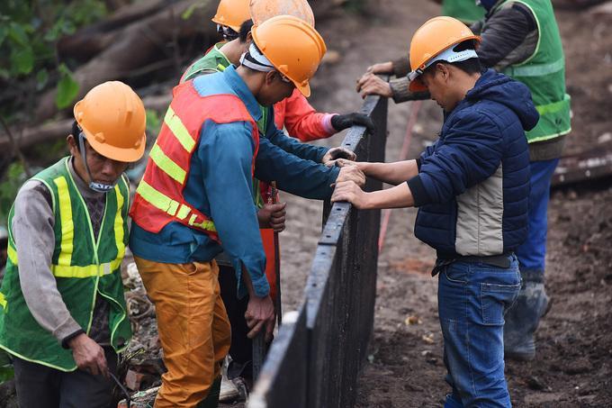 Công nhân làm việc cả ngày cả đêm để hoàn thành tuyến đường trước Tết Kỷ Hợi 2019.