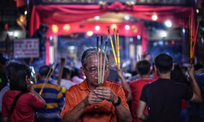 Tuy nhiên, vẫn có những người không tham gia chen lấn mà thắp hương ở một khu vực khác trong chùa.