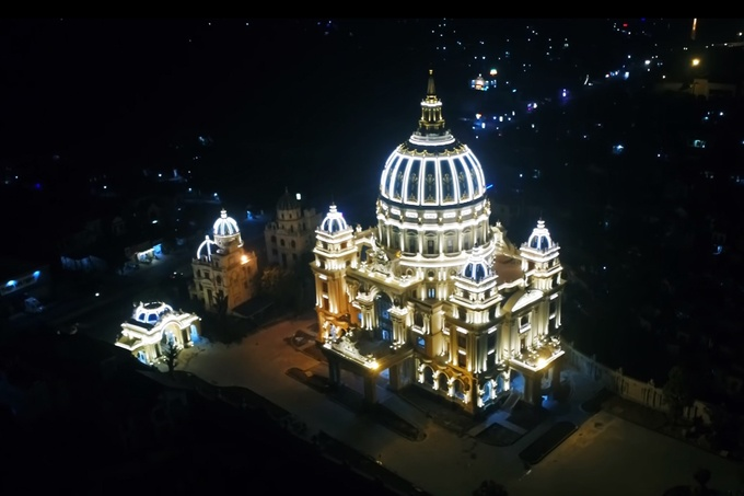 Đây là một trong những nhà ở của người dân lớn nhất trong khu vực. Ban đêm, lâu đài rực sáng cả một khu vực xung quanh.