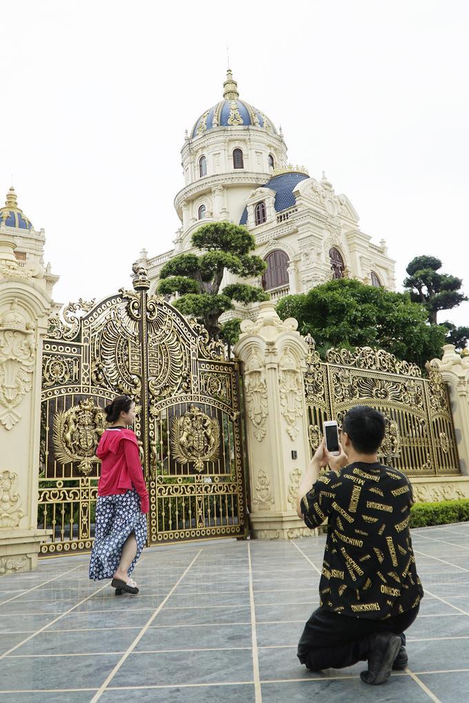 Tổng công trình được gia chủ đầu tư hàng nghìn tỷ đồng. Riêng bộ cổng có giá khoảng 40 tỷ đồng. Hàng ngày có hàng trăm người đến chụp ảnh, gia chủ phải thuê một nhóm bảo vệ 5 người túc trực từ sáng đến đêm. Hiện tại, công trình vẫn trong quá trình hoàn thiện.Tại Nam Định cũng có một vài lâu đài đồ sộ như thế này, là tư gia của các ông chủ doanh nghiệp tàu biển lớn, như tòa lâu đài Lan Khoa Khuê ở huyện Hải Hậu, hay một lâu đài ở huyện Trực Ninh.