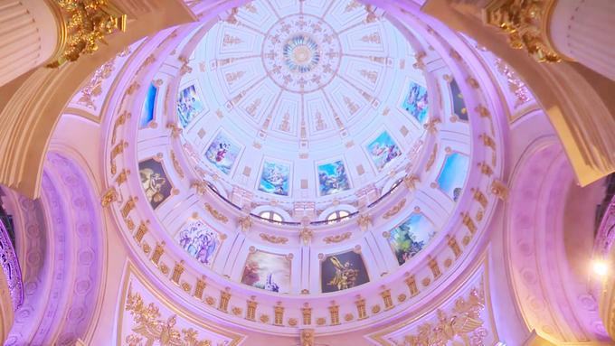 Ở trung tâm tòa nhà, các chi tiết chạm nổi trên trần đều được mạ vàng. Những bức họa về chúa và các vị thần được lồng ghép một cách khéo léo, mang tới cảm giác bình an cho gia chủ. Công trình này có nhiều phần được ốp đá Tây Ban Nha. Ở đây có một phòng nghe nhạc rộng khoảng 700 m2 với đủ bộ sân khấu, chứa được hơn 300 khán giả.