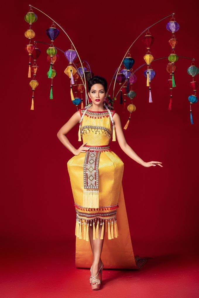 """Trang phục mang tên """"Hoa đăng sắc Việt"""" lấy cảm hứng văn hóa Ê đê, quê hương của H'Hen Niê. Với những họa tiết đặc trưng và chiếc gùi truyền thống của người dân tộc."""