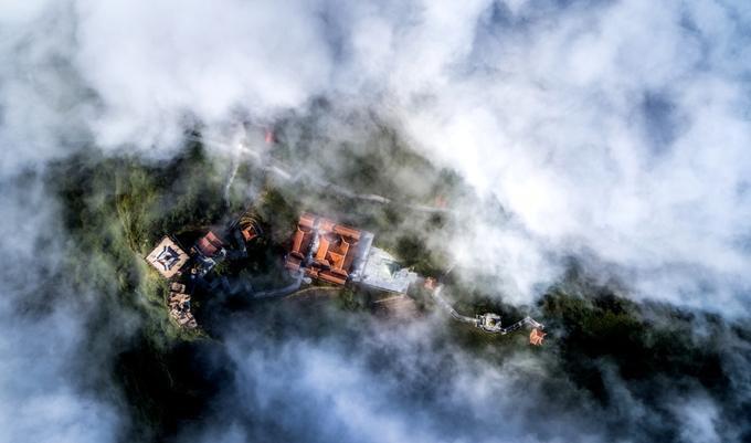 Từ đỉnh Fansipan, bạn sẽ cảm thấy mình thật nhỏ bé trước thiên nhiên hùng vĩ. (Ảnh: Kiều Tú Flyingcam4K)